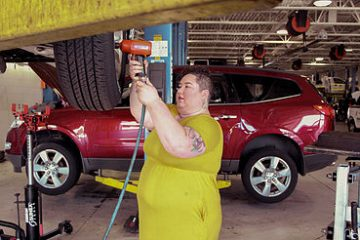 car-maintenance-mechanic-shop-femme