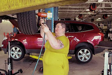 car-maintenance-mechanic-shop-femme